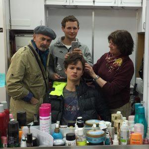 Ansel Elgort durante el rodaje de Los criminales de noviembre (con su padre a la izquierda)